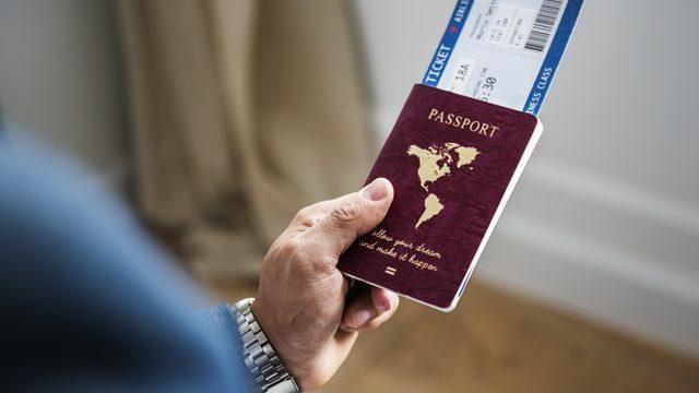 パスポートを片手に海外旅行する人
